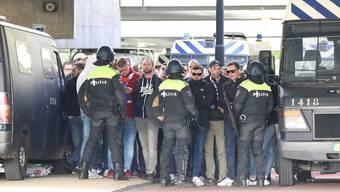 Die niederländische Polizei nimmt Fans von Lille fest