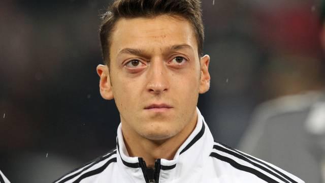 Fussballer Mesut Özil wieder ganz allein (Archiv)