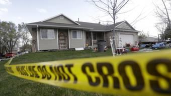 Die Polizei untersuchte das Haus, wo die Leichen gefunden wurden