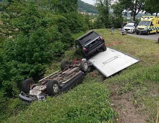 Bei einem Selbstunfall verunfallte ein Automobilist, der auf einem Anhänger einen Geländewagen mitführte. Der Chauffeur zog sich dabei leichte Verletzungen zu.