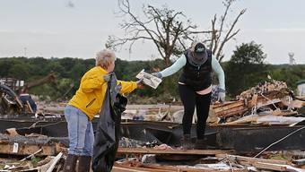 Betroffene in den Überresten ihrer Häuser nach dem Durchzug des Tornados.