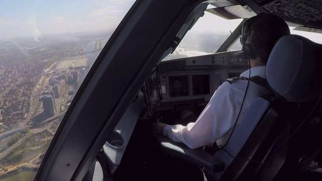 Im Cockpit: Landen Sie zusammen mit Kapitän Karen Atherton und Senior First Officer Paul Riglar im Herzen von London.
