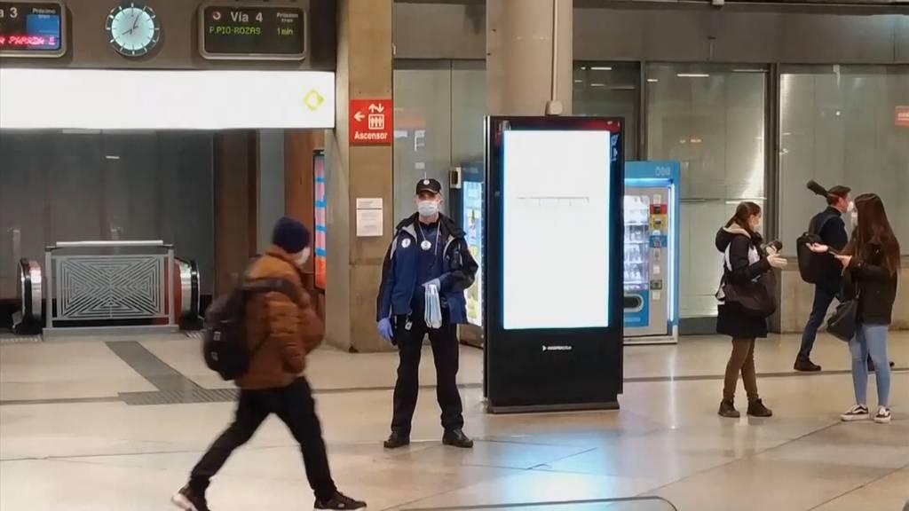 Spanier dürfen wieder zur Arbeit: Polizei verteilt Masken an Pendler