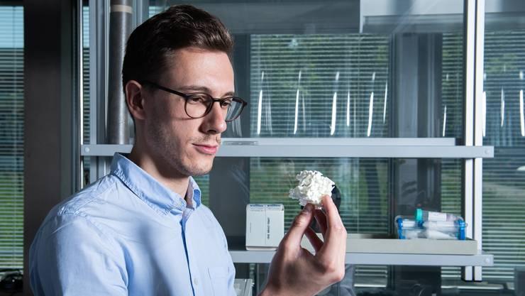 Paolo Testa, Erstautor der Studie, mit einem Modell der prinzipiellen Struktur des formerinnernden Materials.