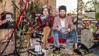 Hier steppt der Bär: Samuel Weniger und Jonas Bischof von «Europa: Neue Leichtigkeit» mit Pfauenfächer und Triple-CD.