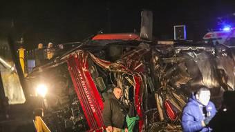 Der Bus durchbrach auf einer Autobahn in Nordmazedonien nahe Skopje eine Leitplanke, kam von der Fahrbahn ab und überschlug sich.