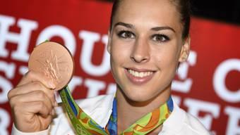 Giulia Steingruber freut sich über ihre Bronzemedaille im Pferdsprung an den Olympischen Spielen in Rio de Janeiro. (Archiv)