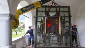 Schwertransport: Das Paul-Stöckli-Glasfenster wird in der grossen Loggia des Winkelriedhauses in Stans aufgestellt.