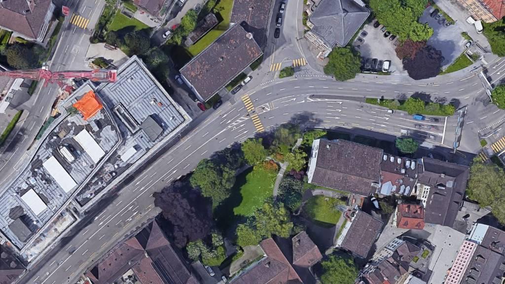 Auf der Höhe Unterer Graben 25 hat eine Autofahrerin die Sicherheitslinie überfahren.