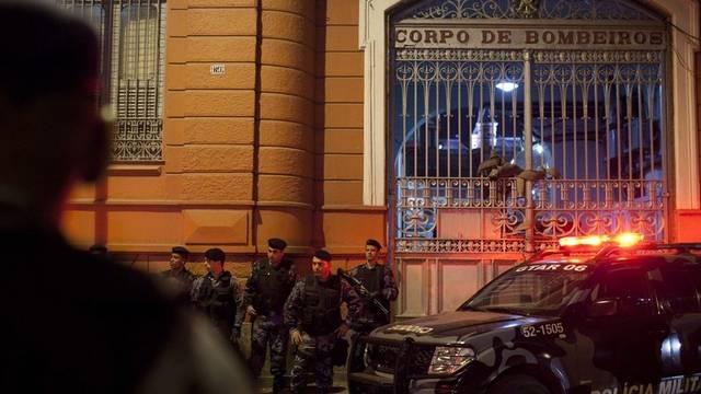 Polizisten bewachen die Feuerwehrzentrale in Rio de Janeiro