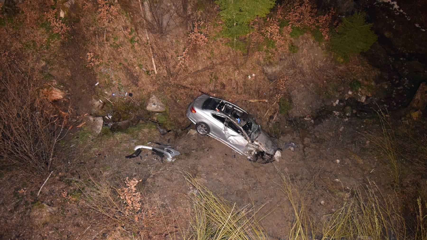 Im Schwendibach kam das Unfallauto zum Stehen.