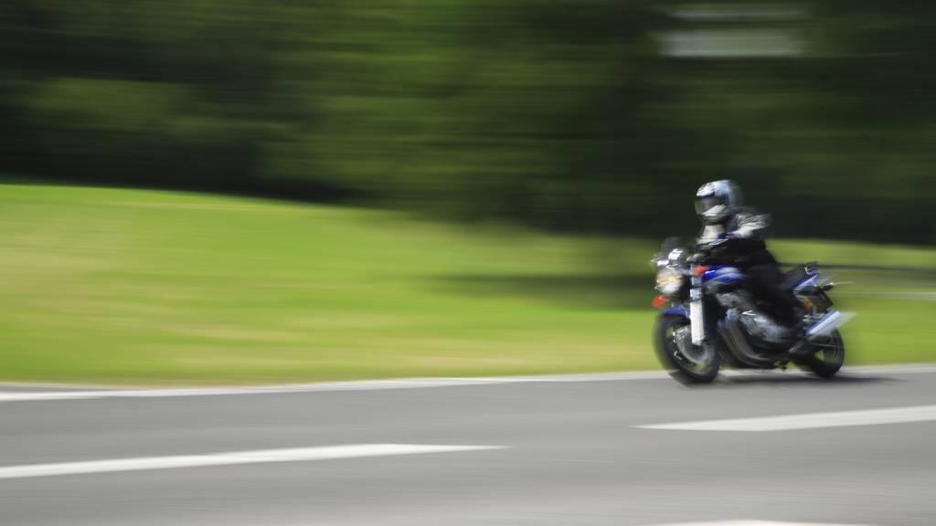 147 statt 80 Km/h: Polizei zieht Töfffahrer aus dem Verkehr