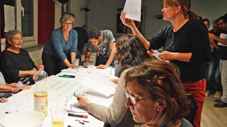 Stadträtin Regula Dell'Anno und Gastgeberin Silvana Lindt vom Aargauer Roten Kreuz planen mit den Freiwilligen und Asylsuchenden die neuen Beschäftigungsprojekte.
