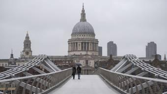 Einsame Spaziergänger auf der Londoner Millenium Bridge: Die britische Insel wirkt zusehends isoliert vom Rest der Welt.