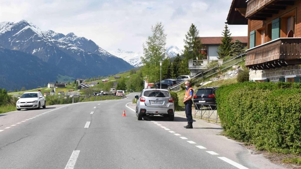 Ein 79-jähriger Autofahrer war in Richtung Lumbrein unterwegs, als er einen 63-jährigen Fussgänger in Degen GR anfuhr.