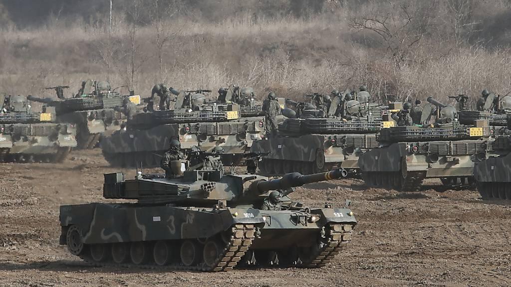 ARCHIV - Eine Militärübung der südkoreanischen Armee nahe der Grenze zu Nordkorea. Foto: Ahn Young-Joon/AP/dpa
