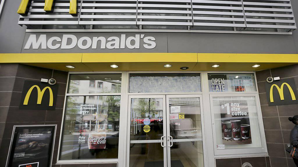 McDonald's hat im dritten Quartal überraschend gute Umsätze erzielt. Auch im hart umkämpften Heimmarkt USA legte der Fastfood-Riese zu. (Archiv)