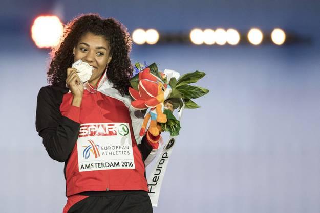 Und nur wenige Tage später schlägt sie zurück. Im Final über 100 Meter läuft die Kambundji zu EM-Bronze und strahlt an der Siegerzeremonie mit der Medaille um die Wette.