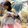 Ein Mädchen in einem Flüchtlingslager in der Nähe der Hauptstadt Sana'a mit ihrer kleine Schwester. Millionen von Kinder in Jemen sind vom Hunger bedroht. (Archivbild)