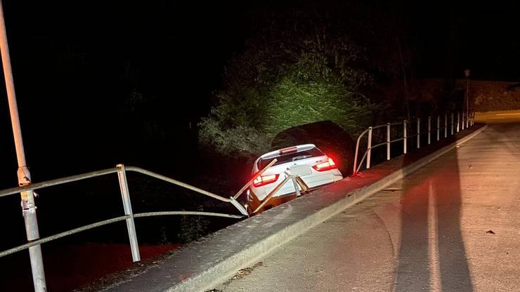 (...) Im abfallenden Bisbord kam das Fahrzeug dann zum Stillstand. Verletzt wurde niemand.