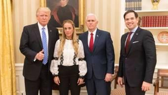 US-Präsident Donald Trump provoziert Venezuela mit diesem Foto an der Seite der Frau des inhaftierten Oppositionellen Leopoldo López. (Bild: Twitter)