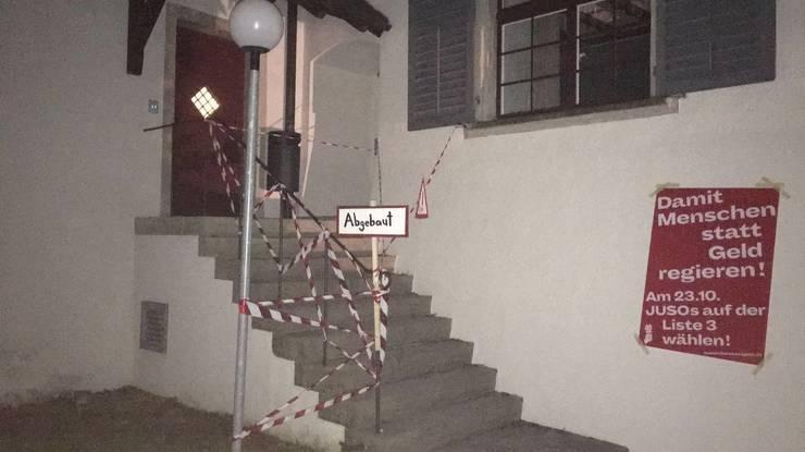 Ein Eingang der Kanti Wettingen wurde mit Absperrband signalisiert.
