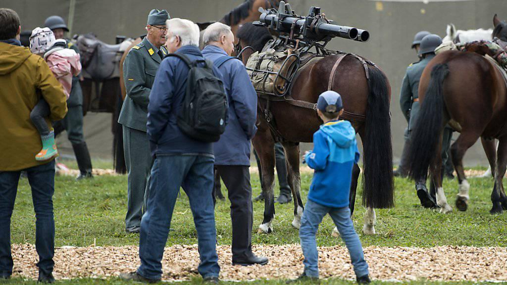 Zuschauer verfolgen am Freitagmorgen Vorbereitungen von ehemaligen Kavalleristen für die Armeeschau in Thun.