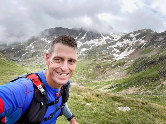 Seine Läufe, die ihn überwiegend durch die Ostschweizer Alpen führen, plant und läuft Hendriks alleine und dokumentiert sie auf seiner Webseite.