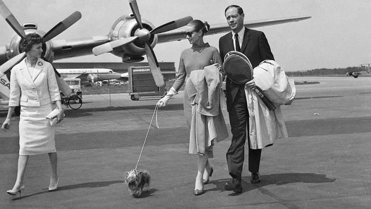 Schauspielerin Audrey Hepburn und Ehemann Mel Ferrer laufen am 30. April 1959 nach einem Flug mit einer Propellermaschine der Swissair übers Rollfeld.