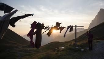 Eine Frau beobachtet den Sonnenuntergang vor der Carschina SAC-Hütte. In den schweizweit 152 Hütten buchten Berggänger im vergangenen Jahr 317'000 Üernachtungen.
