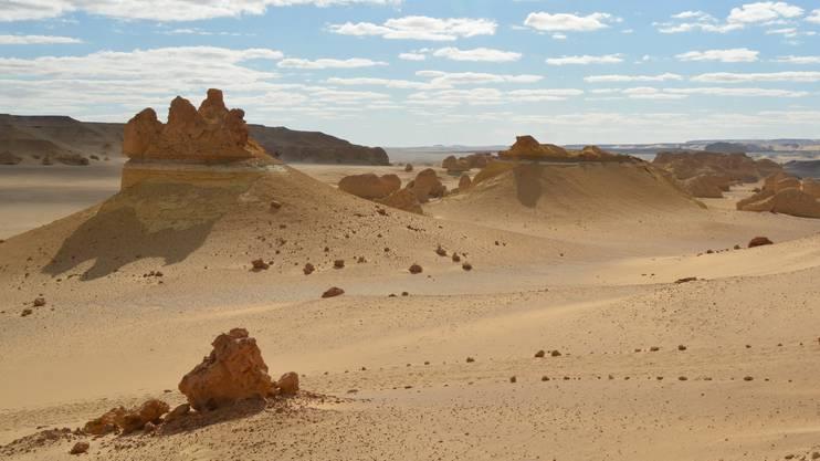 Das geschützte Gebiet umfasst 1.759 km² und schließt sich westlich an die Oase Fayyum (südwestlich der Hauptstadt Kairo) an.