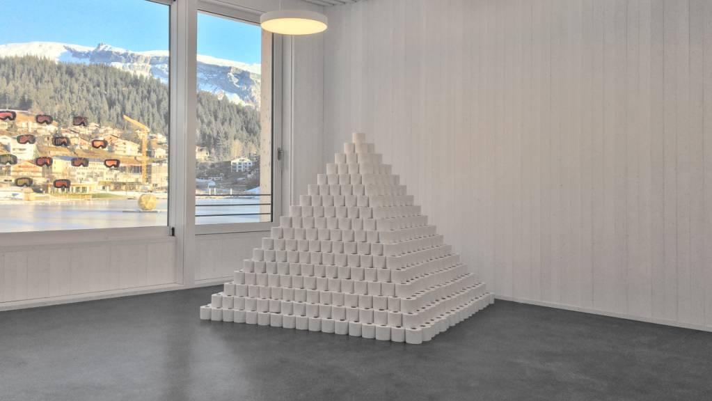 «Werte» heisst eine Installation, die einem Werk der Stunde gleichkommt: Der Künstler Marc B. Bundi hat Toilettenpapier zu einer Pyramide aufgeschichtet und fragt damit nach dem Wert, den wir Gegenständen beimessen.