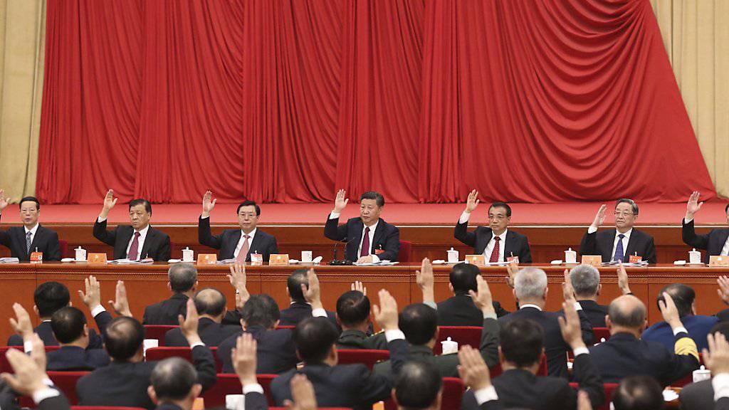 Präsident Xi Jinping (M.) geht seit seinem Amtsantritt gegen Korruption vor. Auch höchste Beamte wurden bestraft.