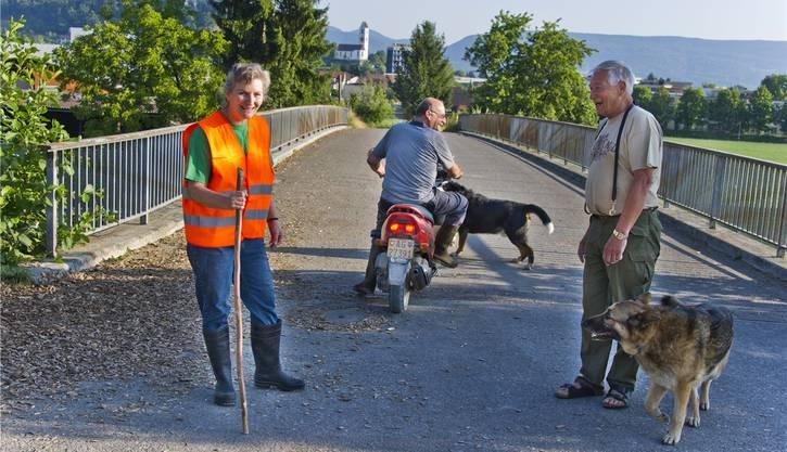 Theres und Leo Koch, der den Kühen jeweils auf dem Moped vorausfährt, begegnen auf ihrem Viehtrieb über die Brücke immer wieder interessierten Spaziergängern.