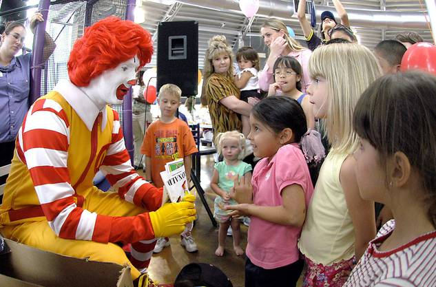 Die Kinder lieben Ronald McDonald.