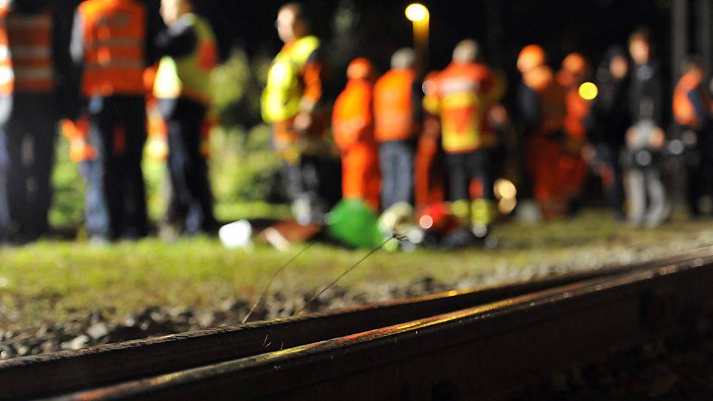 Wegen eines Erdrutsches war die Bahnlinie im Tessin bei Tenero am Samstag vorerst unterbrochen. (Symbolbild)