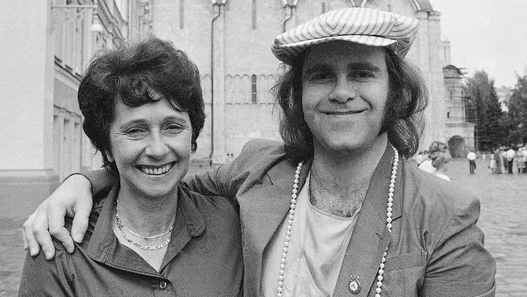 Elton John mit seiner Mutter Sheila Farebrother 1979 vor dem Kreml in Moskau. Nun ist sie mit 92 gestorben, kurz, nachdem sie sich mit ihrem entfremdeten Sohn versöhnt hatte.