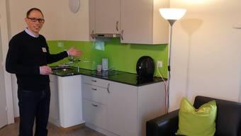 Ingo Hauser, Leiter Geschäftsbereich Wohnen bei Murimoos werken und wohnen, zeigt die Wohnküche im Frauenstockwerk. Eddy Schambron
