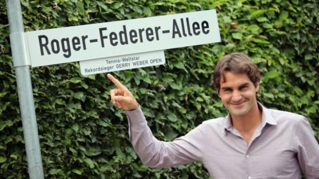 Roger Federer enthüllt die nach ihm benannte Strasse in Halle. Foto: Oliver Krato - Keystone