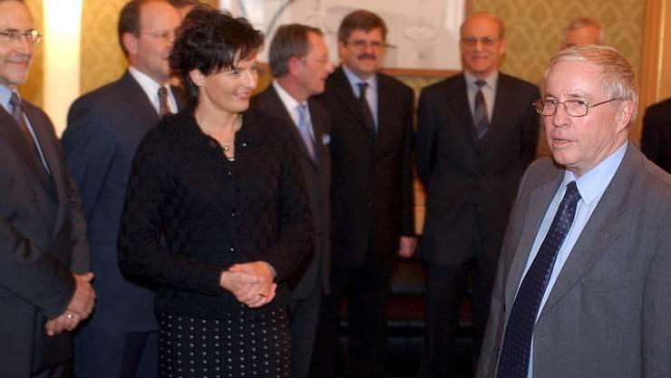 Am 31. Dezember 2003 übergibt Ruth Metzler die Geschäfte des Justiz- und Polizeidepartements Christoph Blocher.