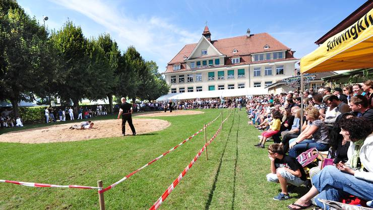 1. Allschwiler Schwingfest: Festgel?nde mit Zuschauern und S?gemehlkreisen f?r die Schwinger. Foto niz