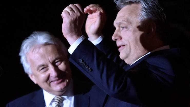 Viktor Orban feiert seinen Wahlsieg. Laut der Organisation für Sicherheit und Zusammenarbeit in Europa (OSZE) war im Vorfeld der Wahl allerdings kein fairer Wettbewerb möglich.