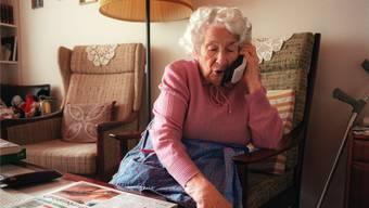 Fiese Masche: Trickbetrüger nehmen mit älteren Menschen telefonisch Kontakt auf und geben sich als Polizisten aus.