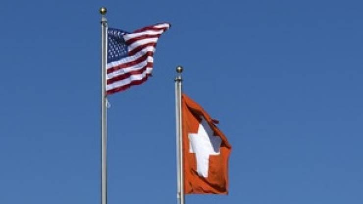 Die Flaggen der Schweiz und der USA.