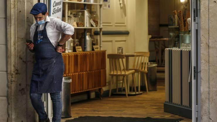 dpatopbilder - In Italien müssen landesweit alle Restaurants und Bars um 18 Uhr für Gäste schließen. Foto: Cecilia Fabiano/LaPresse/AP/dpa