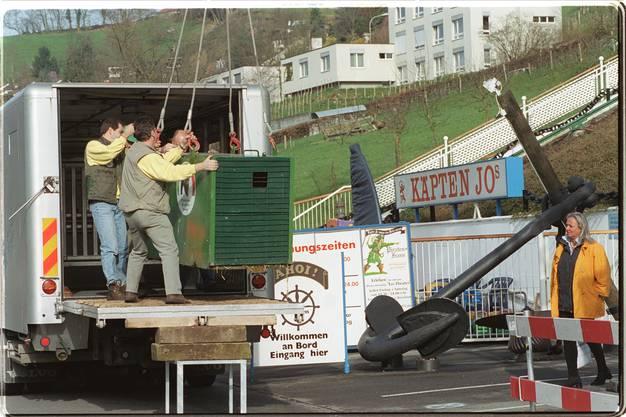 Am 03.04.2000 schwebt der Käfig mit dem Braunbären Max auf den Laster für den Transport von Biberstein nach Worbis (Norddeutschland).