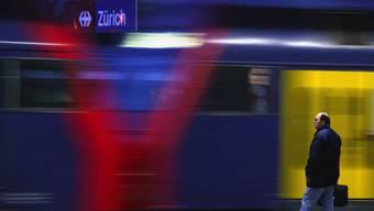 Ein Reisender am Zürcher Hauptbahnhof.