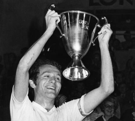 Walter Mundschin präsentiert am 28. Juni 1977 im Wankdorf-Stadion in Bern den 50'000 Zuschauern stolz den Meisterbecher. Der FCB ist nach dem 2:1-Sieg im Entscheidungsspiel gegen Servette Meister.