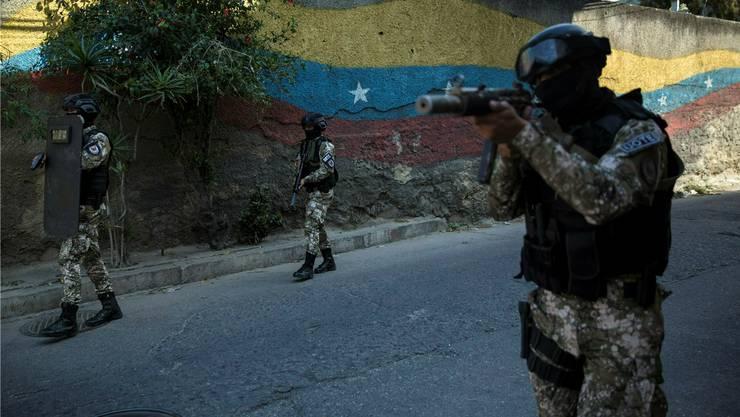 Mitglieder der Sondereinsatztruppe FAES patrouillieren auf den Strassen der venezolanischen Hauptstadt Caracas. RAYNER PENA/Keystone