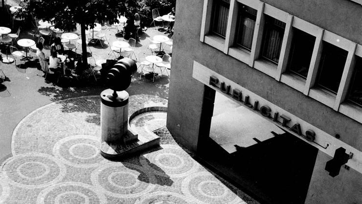 Franz Pabst (1927–2000) schuf zahlreiche Kunstwerke im Raum Baden-Brugg. Im Bild der «Hahn» am ursprünglichen Standort vor dem Café Glas um 1970.